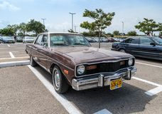 Vecchia abitudine del dardo di Dodge alla mostra di vecchie automobili nel parcheggio vicino al grande centro commerciale di Regb Immagini Stock