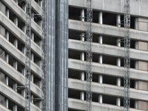 Vecchia alta costruzione concreta parzialmente demolita del blocchetto di torre di aumento Immagini Stock Libere da Diritti