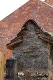 Vecchia alta parete di pietra del recinto Immagini Stock