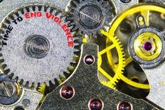 Vecchia alta risoluzione meccanica del movimento a orologeria con tempo di parole di concludersi Immagini Stock Libere da Diritti