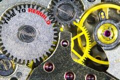 Vecchia alta risoluzione meccanica del movimento a orologeria con tempo di parole a Reb Immagine Stock