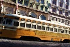 Vecchia annata che guarda i viaggi di automobile della via del pendolare del passeggero lungo la via occupata del mercato a San F Fotografia Stock Libera da Diritti