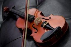 Vecchia annata classica del violino sul cuoio Immagine Stock Libera da Diritti