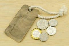 Vecchia annata dell'etichetta dell'etichetta con le monete su fondo di legno Immagine Stock Libera da Diritti