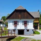 Vecchia annata della casa del villaggio europeo fotografie stock