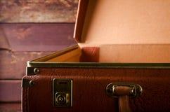 Vecchia annata, retro valigia aperta su fondo scuro Front View Immagini Stock
