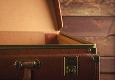 Vecchia annata, retro valigia aperta su fondo scuro Vista frontale, tonificata Fotografia Stock Libera da Diritti
