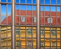 Vecchia architettura della costruzione riflessa in costruzione moderna Fotografie Stock
