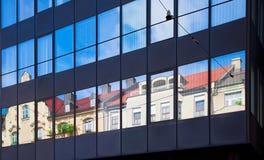 Vecchia architettura della costruzione riflessa in costruzione moderna Immagine Stock