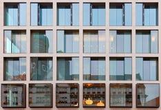 Vecchia architettura della costruzione riflessa in costruzione moderna Fotografia Stock