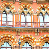 vecchia architettura della parete nelle finestre di Londra Inghilterra e in exteri del mattone Fotografia Stock
