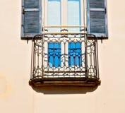 in vecchia architettura di Europa Italia Milano e parete delle veneziane Fotografia Stock Libera da Diritti