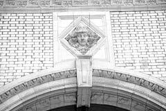 vecchia architettura nell'oggetto d'antiquariato e nel marb della parete dell'Inghilterra Europa Londra fotografia stock