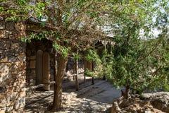Vecchia architettura sviluppata su una collina verde in una foresta immagini stock