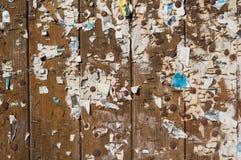 Vecchia area dell'insegna con il resti del manifesto fotografia stock