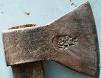 Vecchia ascia arrugginita del metallo Fotografia Stock