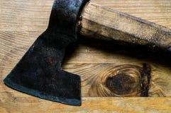 Vecchia ascia del metallo su una superficie di legno Immagine Stock Libera da Diritti