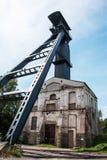 Vecchia asse della miniera di carbone con la torre di estrazione mineraria immagini stock
