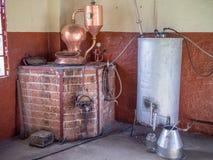 Vecchia attrezzatura della distilleria di acquavite o di spirito sul vinyard in Namibia, Africa meridionale immagini stock