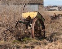 Vecchia attrezzatura gialla dell'azienda agricola Fotografia Stock