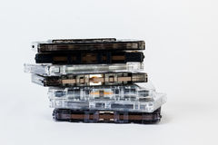 Vecchia audio cassetta isolata su fondo bianco Reco storico immagine stock