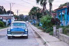 Vecchia automobile alla campagna Cuba Fotografia Stock