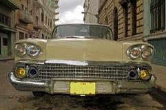 Vecchia automobile alla Cuba Immagini Stock