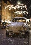 Vecchia automobile alla notte di natale Fotografia Stock