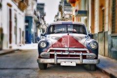 Vecchia automobile americana con la bandiera cubana dipinta immagine stock libera da diritti