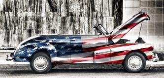 Vecchia automobile americana dipinta con la bandiera degli Stati Uniti immagine stock libera da diritti