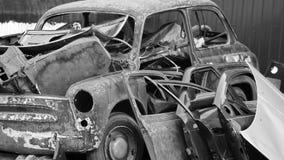 Vecchia automobile arrugginita allo scarico Fotografie Stock