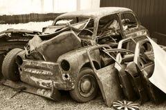 Vecchia automobile arrugginita allo scarico Fotografie Stock Libere da Diritti