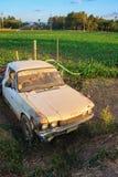Vecchia automobile arrugginita nell'agricoltura Immagine Stock