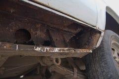 Vecchia automobile arrugginita Ruggine severa e corrosione fotografia stock