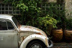 Vecchia automobile bianca di Volkswagen Fotografie Stock