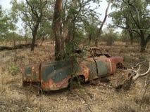 Vecchia automobile che arrugginisce nel bushland australiano Fotografia Stock