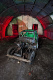 Vecchia automobile che arrugginisce in un vecchio riparo ww2 Immagine Stock