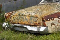 Vecchia automobile che arrugginisce via Fotografia Stock