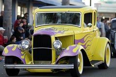Vecchia automobile classica: Fiamme gialle & dentellare Fotografia Stock Libera da Diritti
