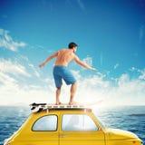 Vecchia automobile con un ragazzo praticante il surfing sopra il tetto rappresentazione 3d Fotografie Stock Libere da Diritti