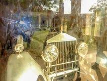 Vecchia automobile d'annata alla mostra fotografia stock