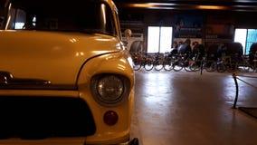 Vecchia automobile d'annata gialla fotografia stock libera da diritti