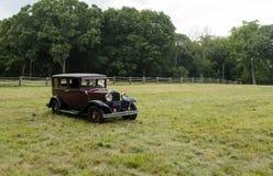 Vecchia automobile d'annata nel campo aperto Fotografia Stock Libera da Diritti