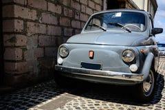 Vecchia automobile d'annata nella via stretta della Sardegna, Italia Fotografia Stock