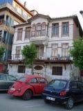 Vecchia automobile della vecchia casa Immagini Stock