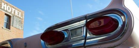 Vecchia automobile di anni '50 fuori di vecchio hotel abbandonato, Immagine Stock Libera da Diritti