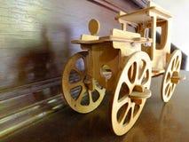 Vecchia automobile di legno del giocattolo Fotografia Stock