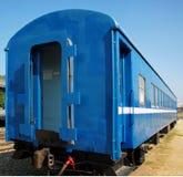 Vecchia automobile di treno blu immagini stock