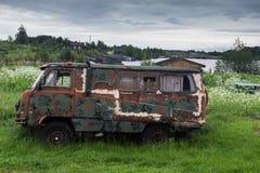 Vecchia automobile e un lago Fotografia Stock Libera da Diritti