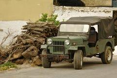 Vecchia automobile fuori strada Fotografie Stock Libere da Diritti